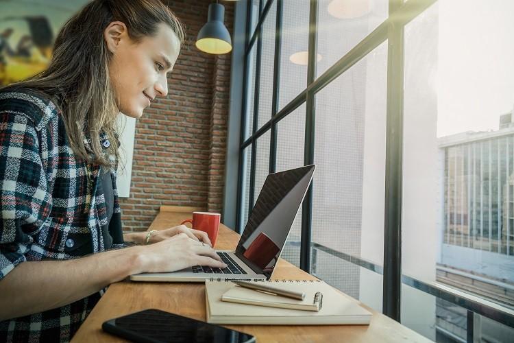 jovens trabalhando com computadores